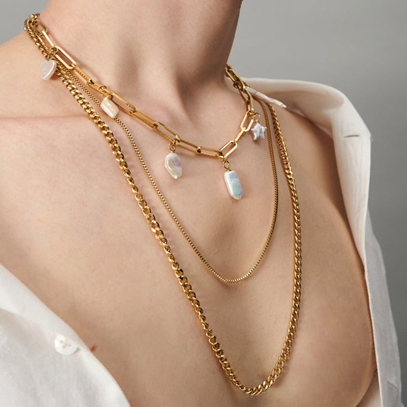 LAYERED CHUNKY CHAIN NECKLACE WITH BAROQUE PEARL CHARMS