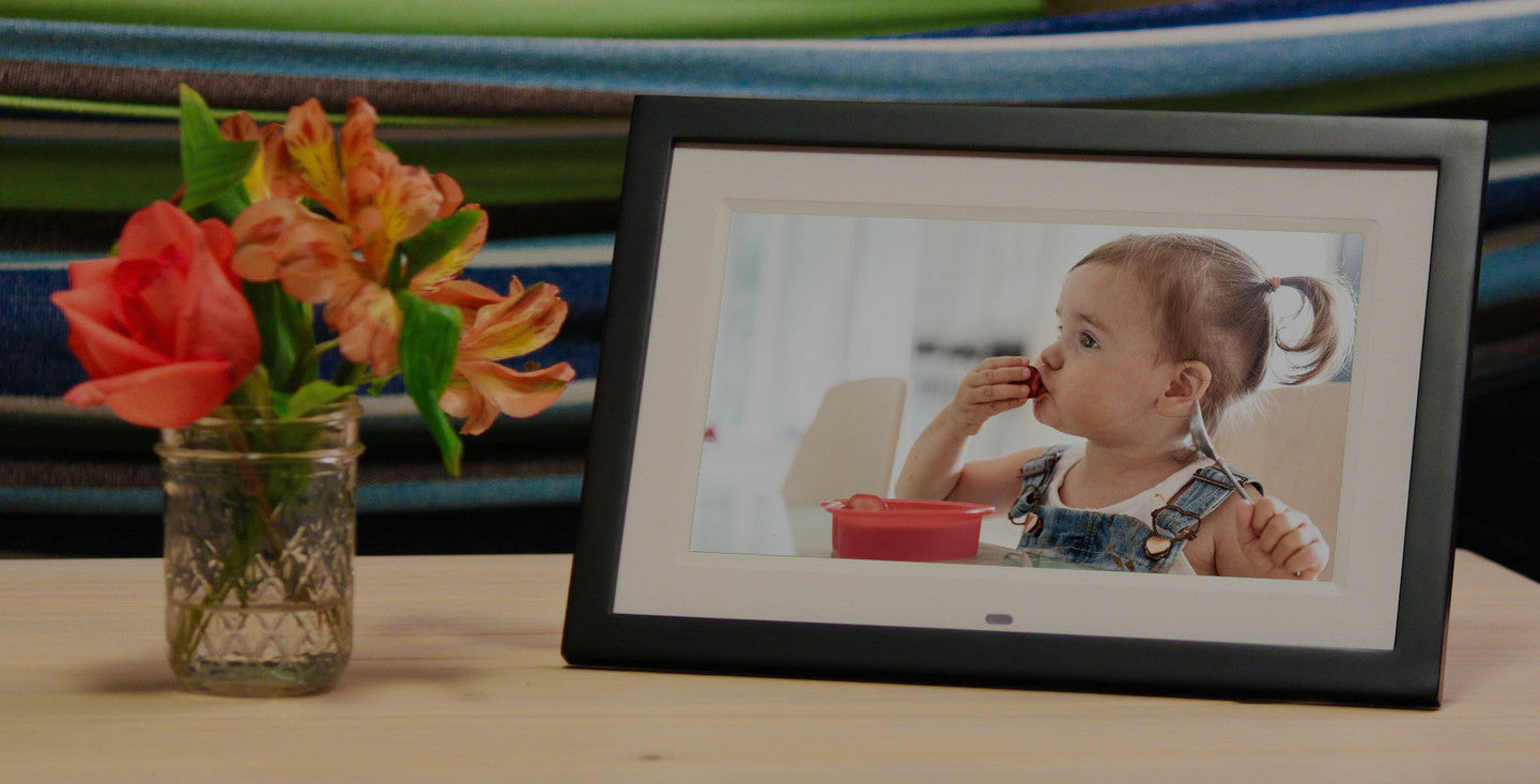 skylight is a touch screen photo frame you can update by email from anywhere - Electronic Photo Frame
