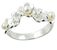 Flower design ring with pearl detail