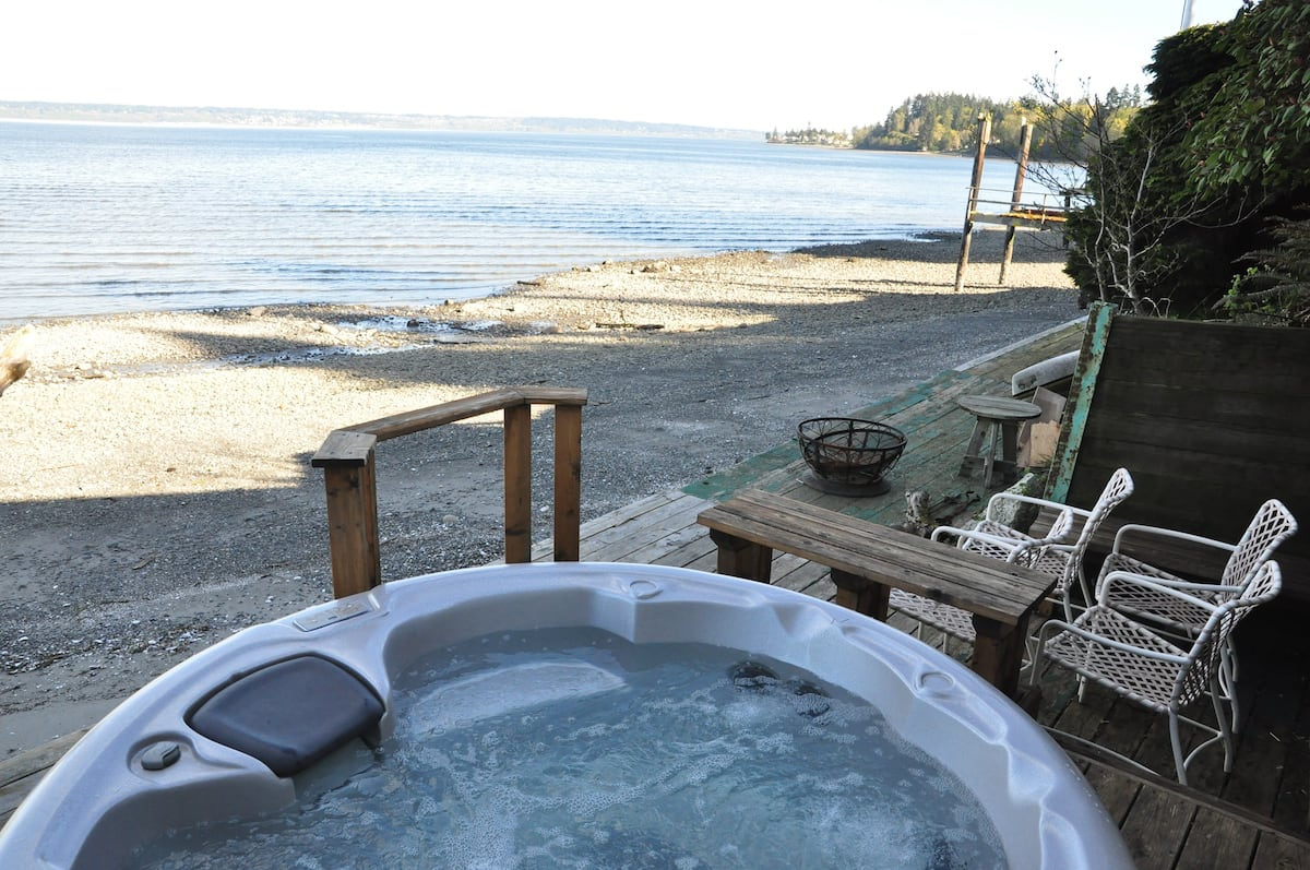 Beachside Studio with Hot Tub in Northern Washington