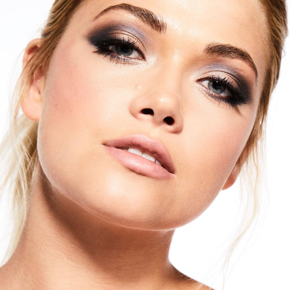 Navy Blue Eyeshadow for Colorful Smokey Eye Look