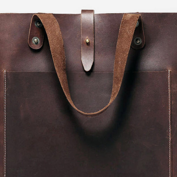 The perfect companion for those who prefer to wander light. Keep your most essential belongings by your side in this bag. Handcrafted with superior quality leather, this bag also features an adjustable strap.