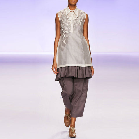 Ecru & grey silk chanderi short kurta set by PRAMA by PRATIMA PANDEY