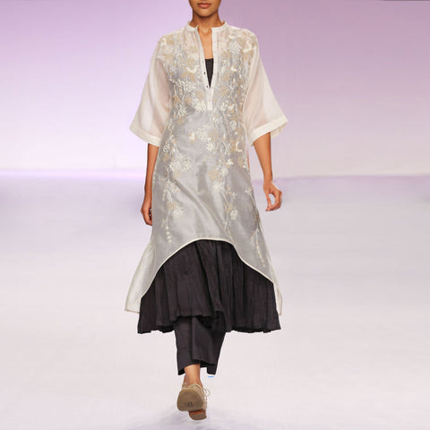 Ecru & grey embroidered silk chanderi kurta set by PRAMA by PRATIMA PANDEY