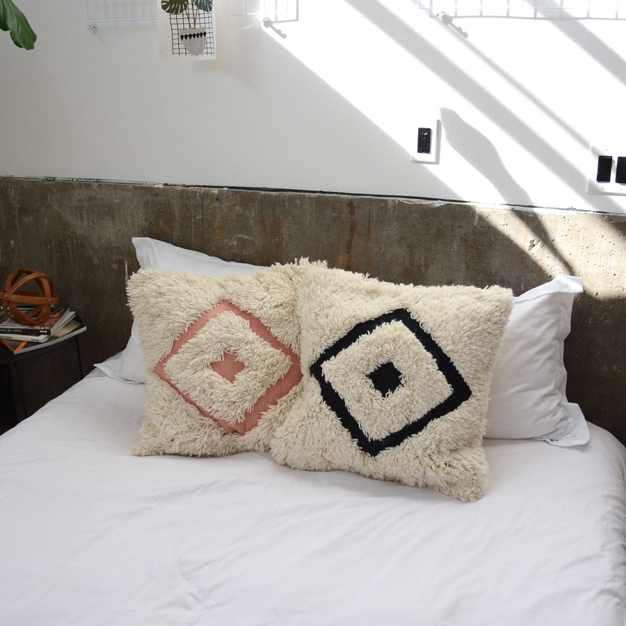 shaggy-dimond-white-black-accent-pillow