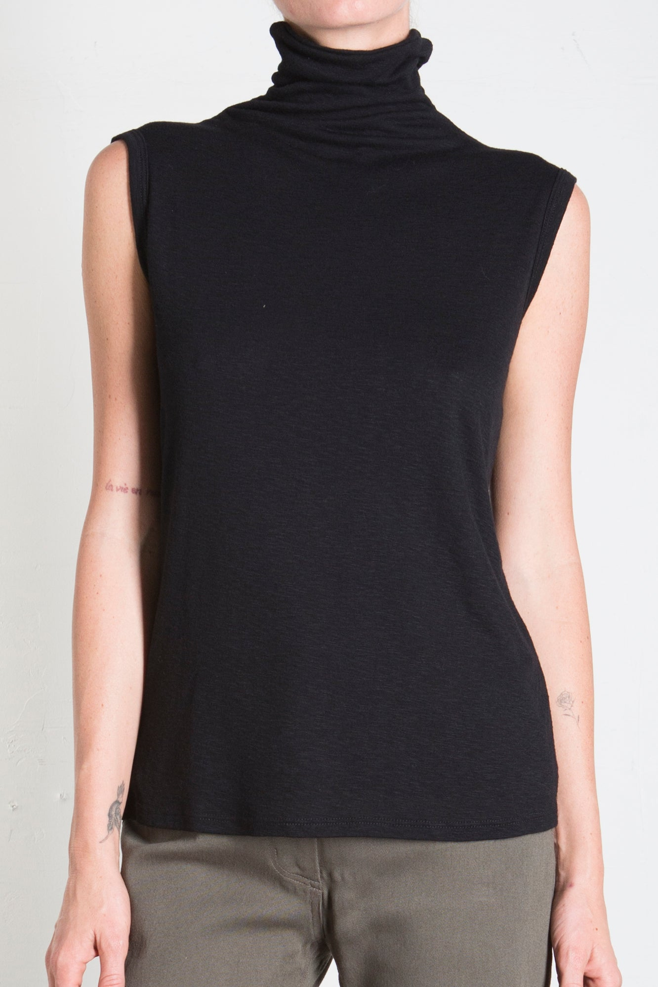 PLUSH SLEEVELESS MOCK TURTLENECK - BLACK