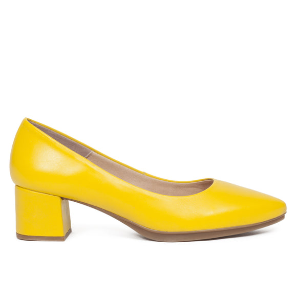 El zapatos de tacon color amarillo