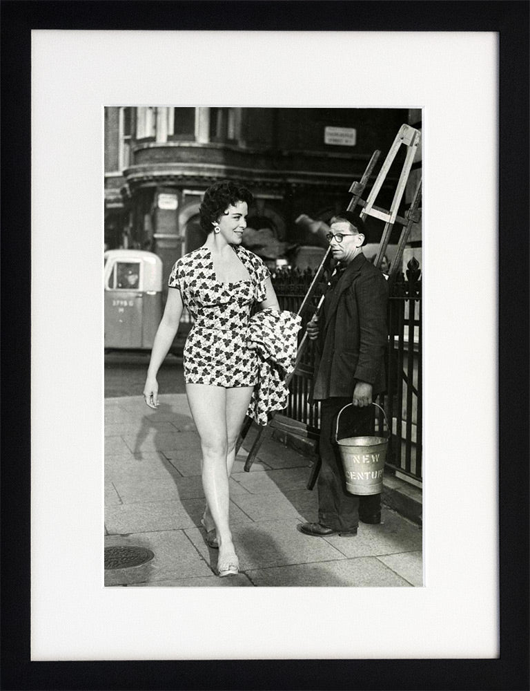 Model in London - Fine Art Print mit Rahmen und Passepartout