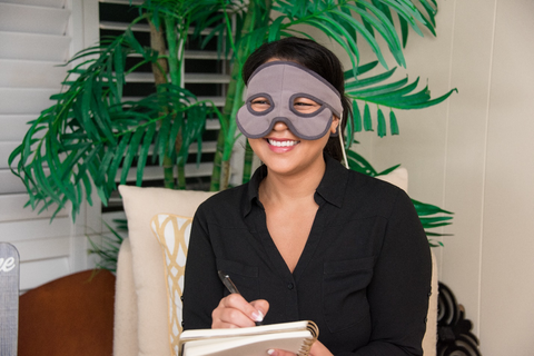 women with notepad wearing Sniff Relief mask