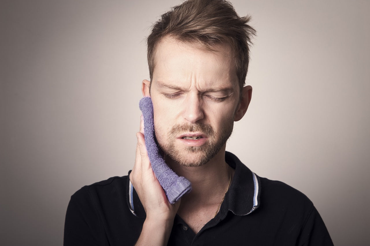 Man dealing with toothache causes