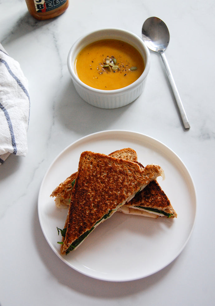 Grilled cheese aux pommes et au cheddar fort