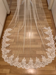 Tulle bridal veil with lace