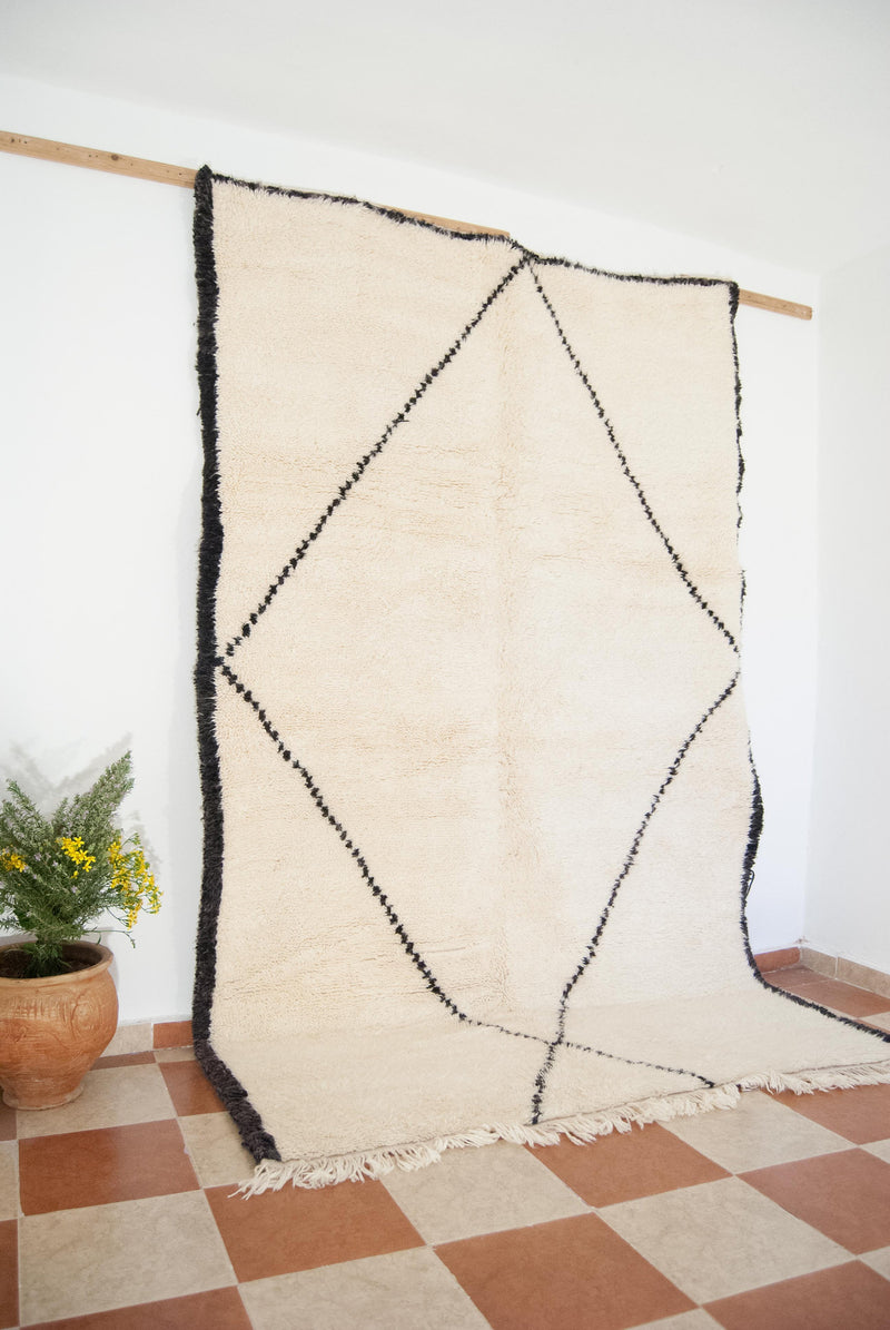 Beni ourain rug , The Athentic Black and White rug, The Vintage Moroccan Minimalist Berber White Area rug.
