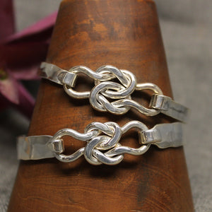8mm latching bracelet with friendship knot design in center.