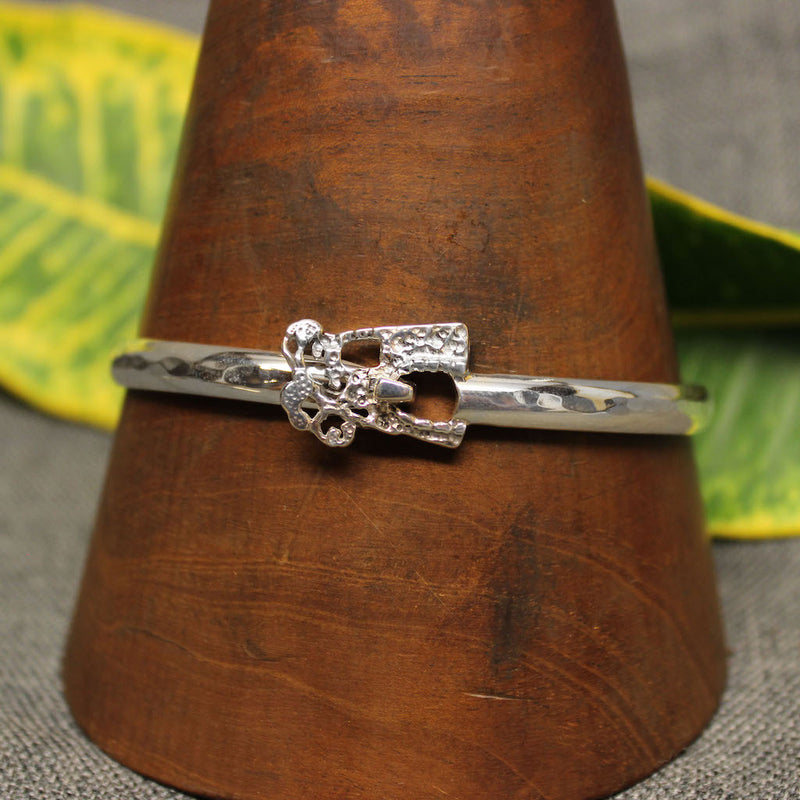 Classic bracelet with handcrafted sugar mill design.