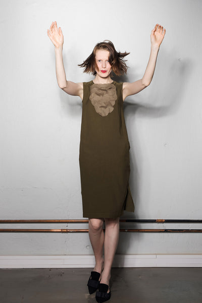 Sleeveless I-line dress with front circle motif / W532K