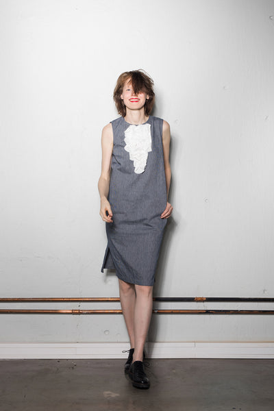 Sleeveless I-line dress with front circle motif