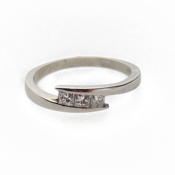 Pre-Loved 18ct White Gold Three Princess-Cut Diamond Crossover Ring Stone Detail