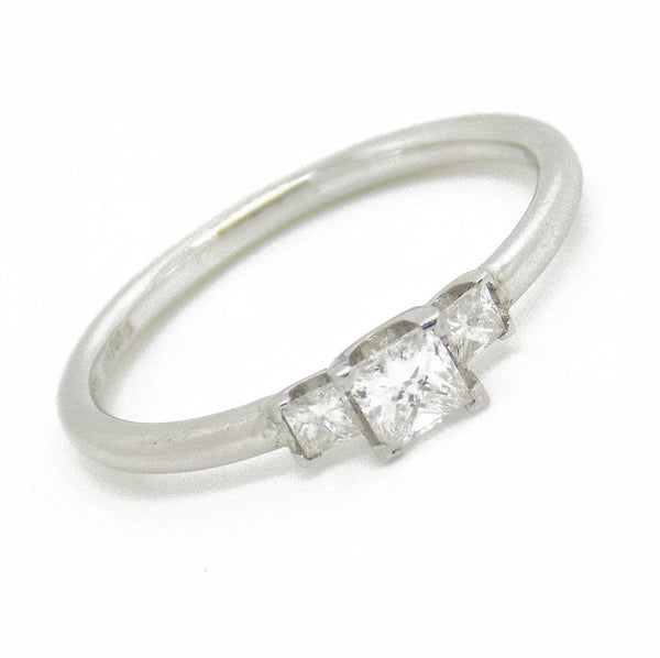 18ct White Gold Three Princess Cut Diamond Ring Stone Detail