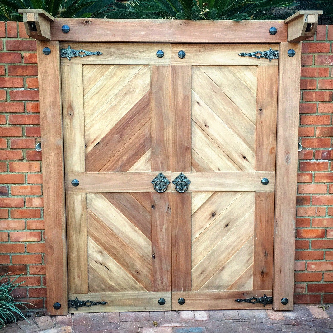 Beautiful entrance door featuring NW/AC7 mock hinges, NW/AC3 mock handles and NW/27DD square on round studs.