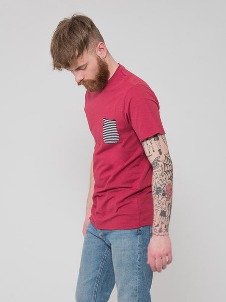 T-shirt rossa con taschino a righe