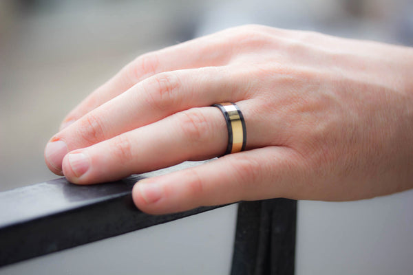 18ct gold and carbon fiber ring (04702_8N)