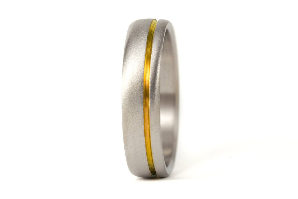 Sandblasted titanium ring with anodized inlay (00019_6N)