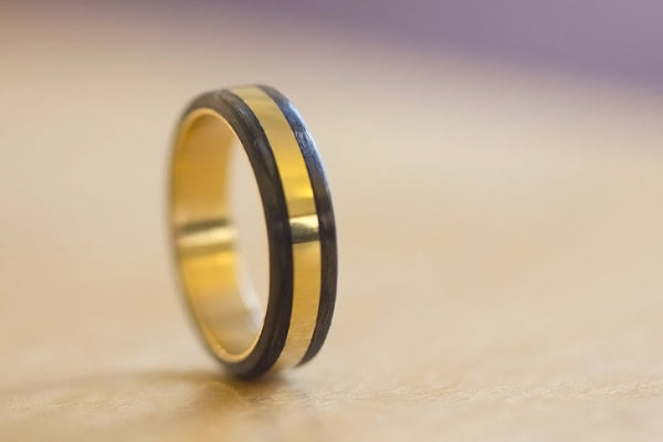 18ct gold and carbon fiber ring (04703_4N)