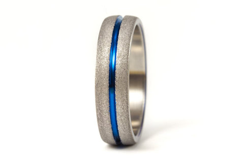 Sandblasted titanium ring with anodized inlay (00007_7N)