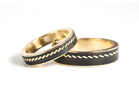 18ct yellow gold and carbon fiber wedding bands (04704_4N5N)