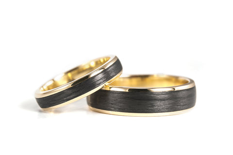 18ct yellow gold and carbon fiber wedding bands (04710_4N6N)