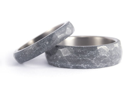 Titanium and silver resin hammered wedding bands. (01303_4N7N)