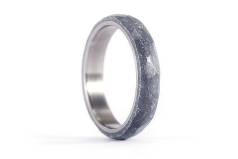 Titanium and silver resin hammered ring. (01303_4N)