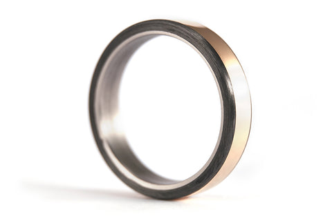 18ct gold, titanium and carbon fiber ring (00556_4N)