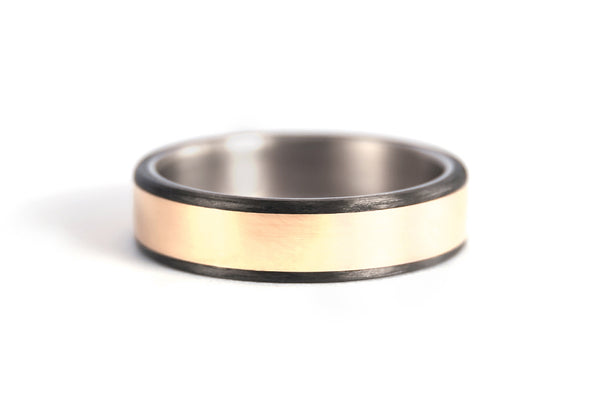 18ct gold, titanium and carbon fiber ring (00556_6N)