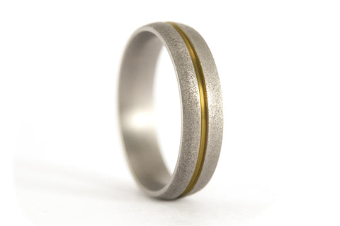 Sandblasted titanium ring with anodized inlay (00000_7N)