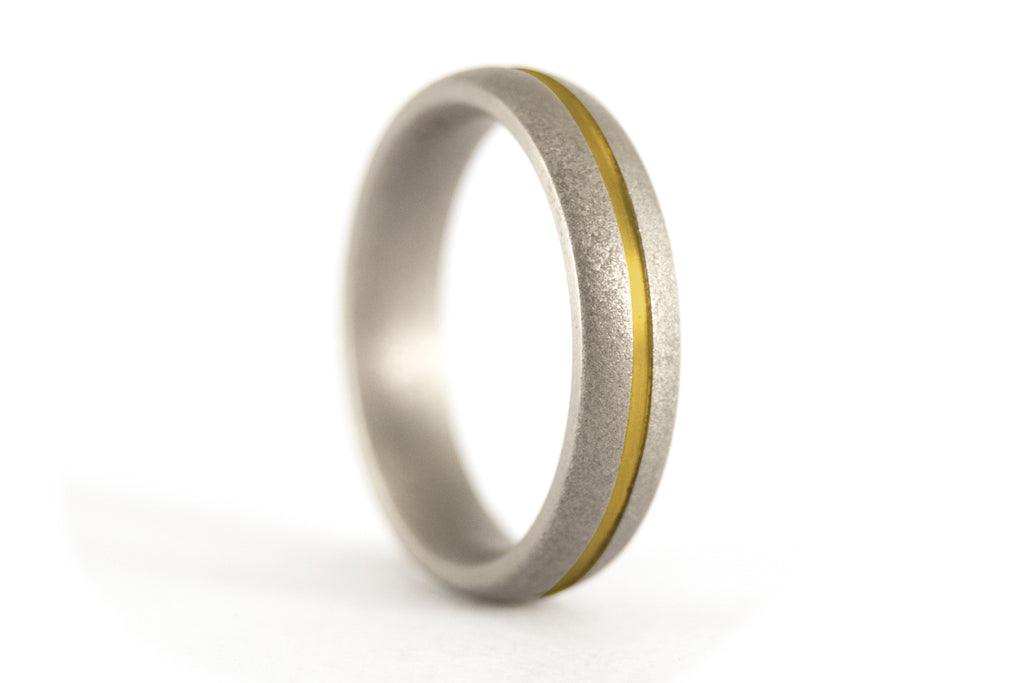 Sandblasted titanium ring with anodized inlay (00000_4N)
