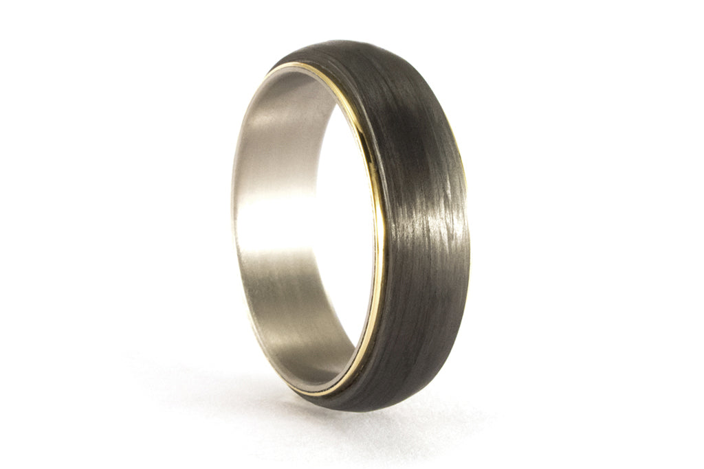 18ct gold, titanium and carbon fiber ring (00422_7N)