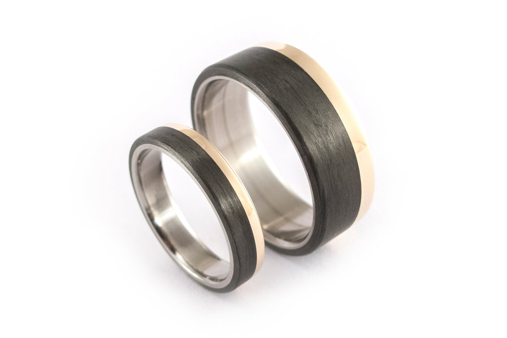 18ct yellow gold, titanium and carbon fiber wedding bands (00424_4N7N).