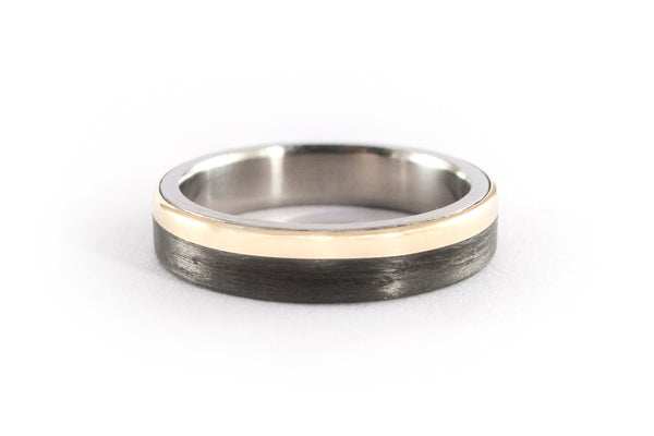 18ct gold, titanium and carbon fiber ring (00424_4N)