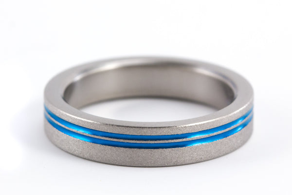 Sandblasted titanium ring with anodized inlays (00010_4N)