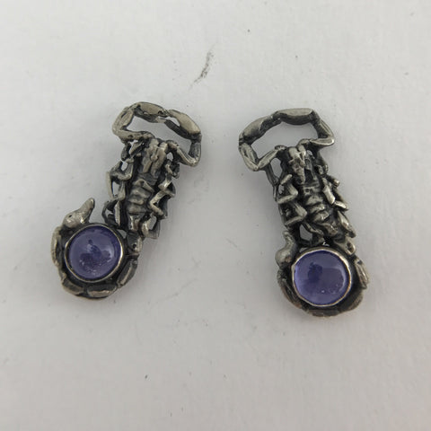 Little scorpion stud earrings with stone