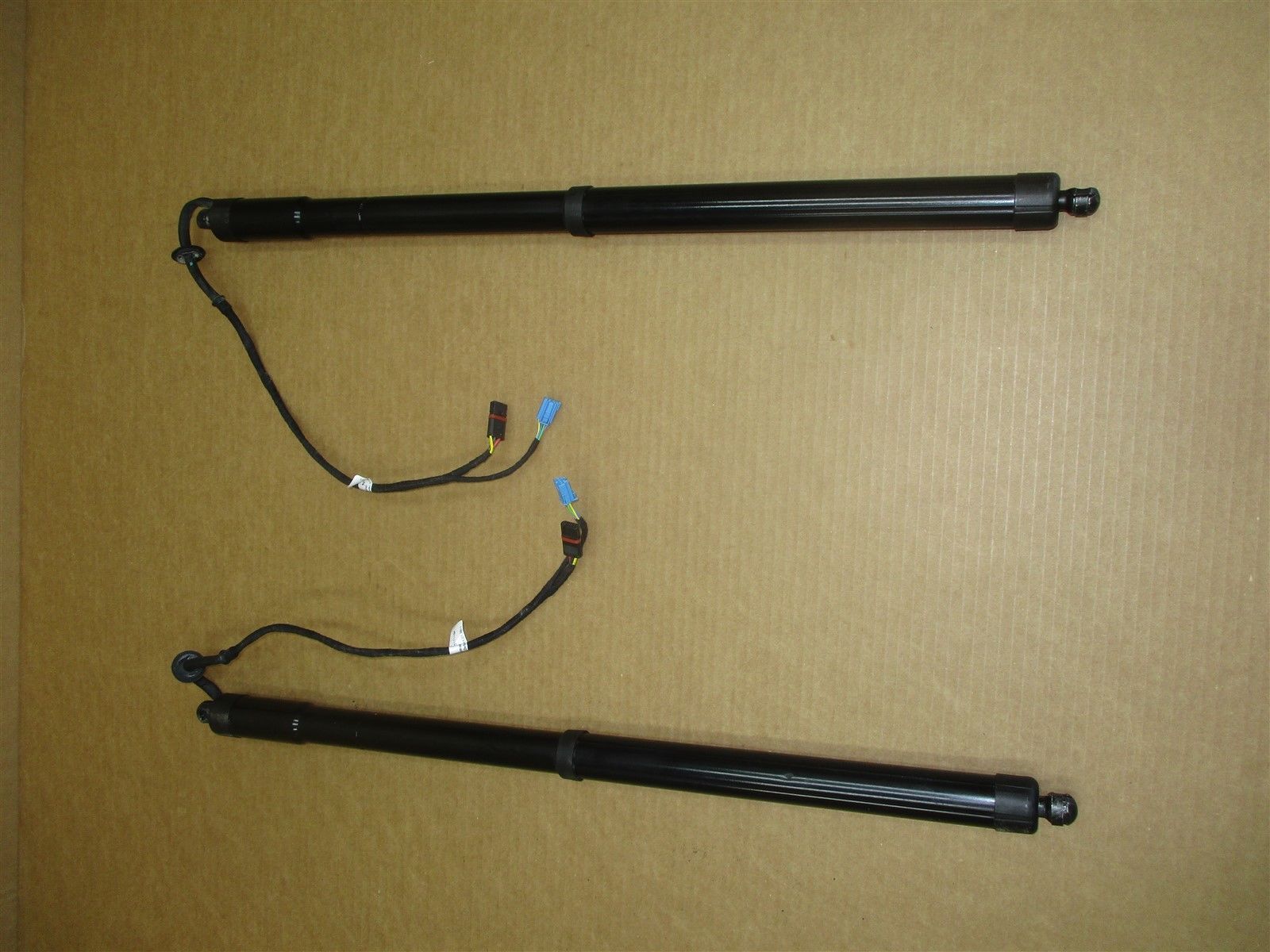 11 Panamera AWD 970 Porsche L R REAR GAS SPRINGS 927111-104 LEFT RIGHT 84,260