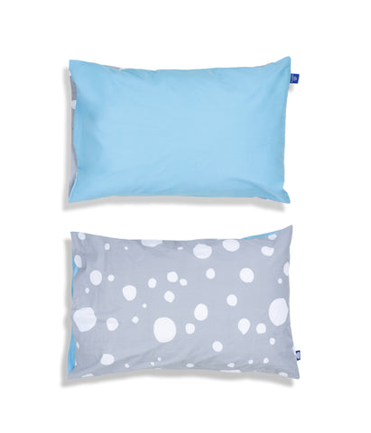Solid colour top and grey patterned reverse organic cotton kids pillow case. Envelope closure. Blue and grey colours. Dotted pattern.