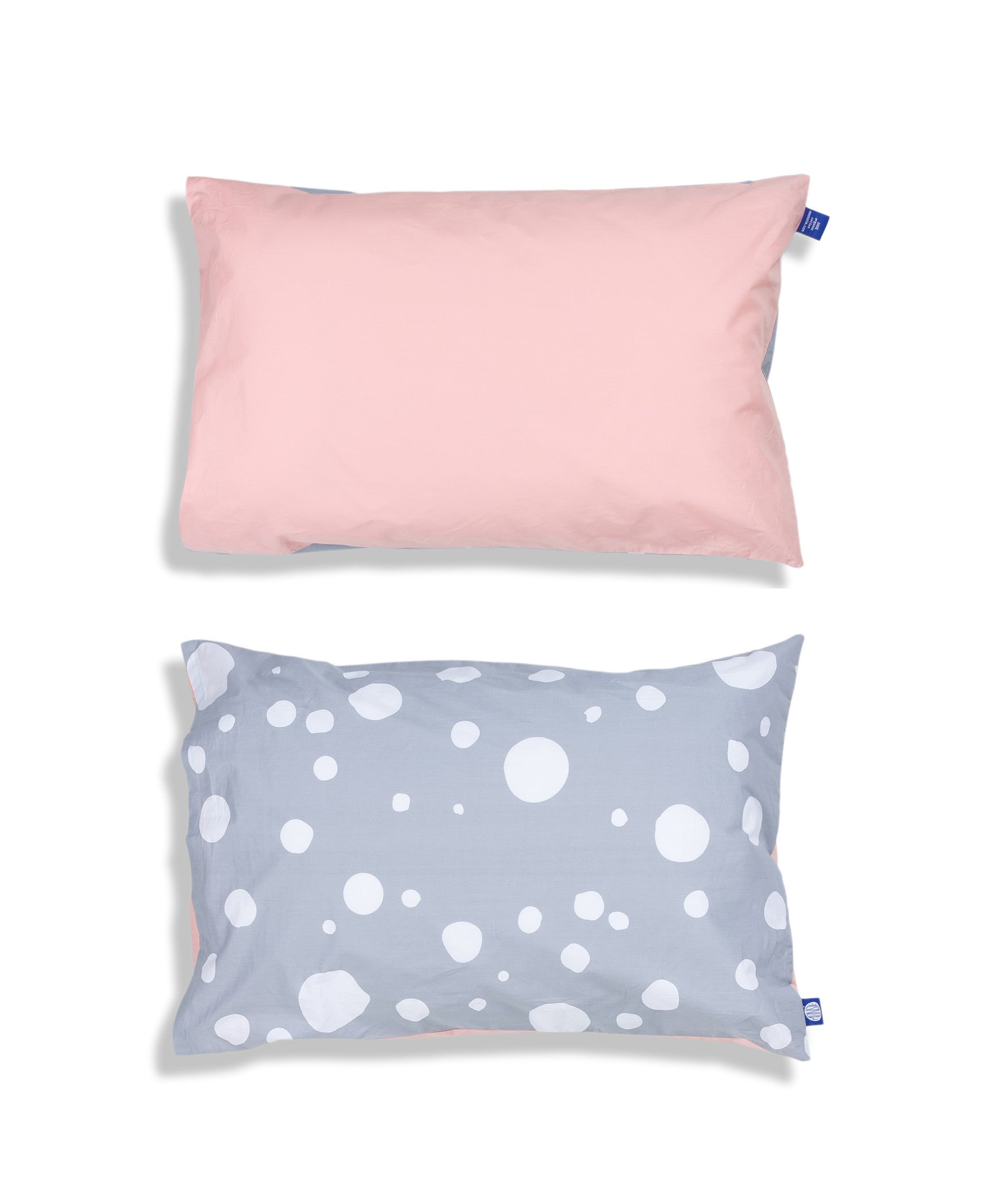 Solid colour top and grey patterned reverse organic cotton kids pillow case. Envelope closure. Pink and grey colours. Dotted pattern.