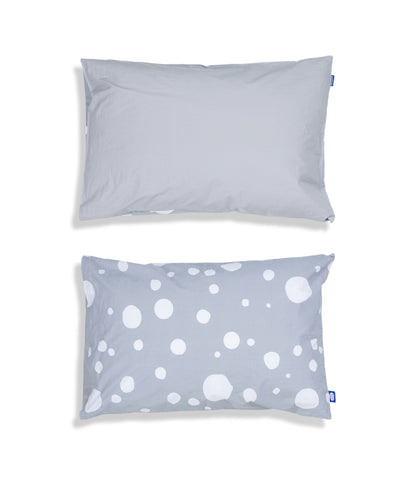 Solid colour top and grey patterned reverse organic cotton kids pillow case. Envelope closure. Grey colour. Dotted pattern.