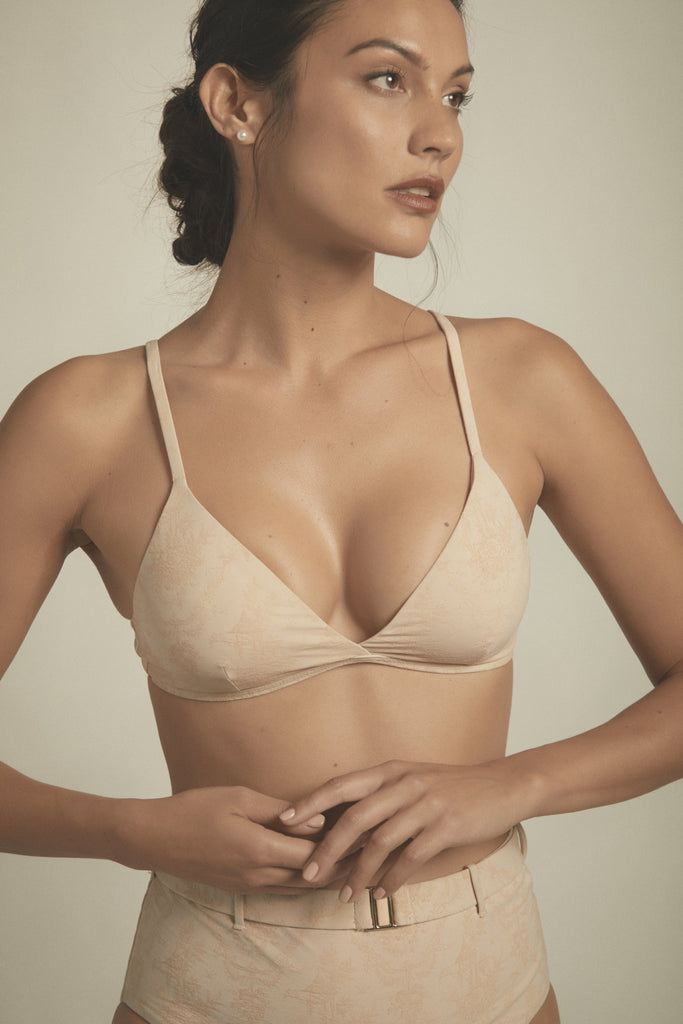 Designer two-piece bikini top in birch toile fabric. An AMAIÒ signature silhouette, the FLEUR top is a triangle-shaped with adjustable straps and a gold clasp in the back. This top is a versatile piece that seamlessly transitions into a bralette for everyday wear.