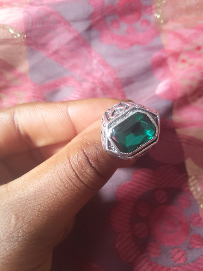 CATFACE VINTAGE:  FASHION SILVER RING: EMERALD GREEN QUEEN