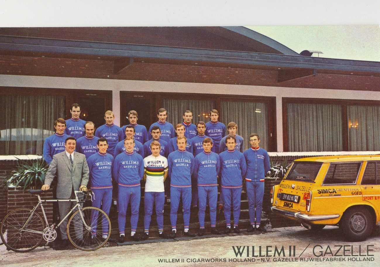 The 1970 line-up of the Willem II - Gazelle cycling team with Ton Vissers on the left in a sharp suit.