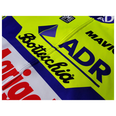 We have used a fully covered front zip to maintain the look of the logos of the ADR long sleeve jersey.